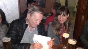 Alfred Corn firmando ejemplares de Rocinante a los asistentes