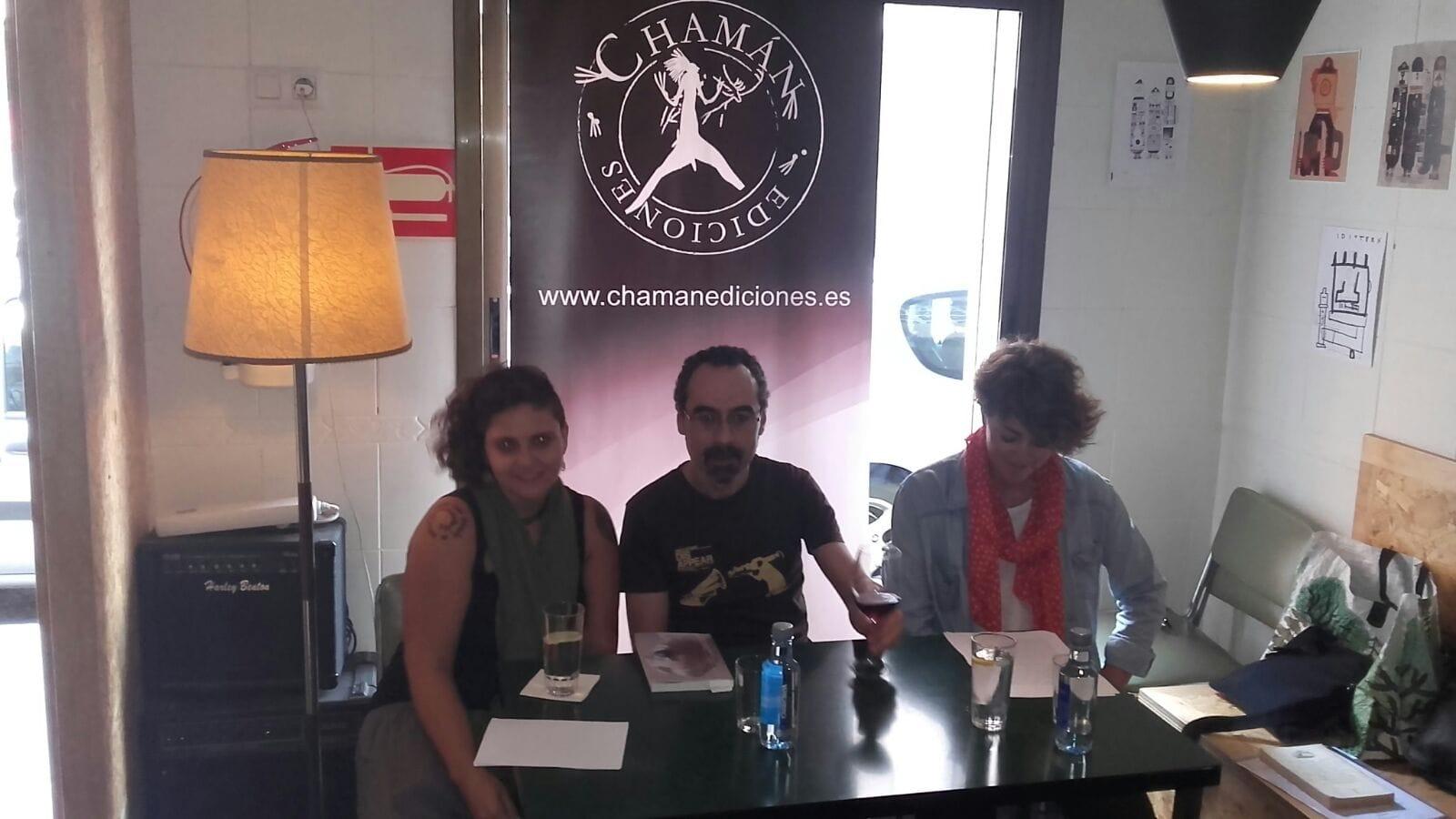 Noelia Illán, Pablo Cerezal y Esther Peñas durante la presentación en Alicante de Breve Historia del Circo. Chamán Ediciones
