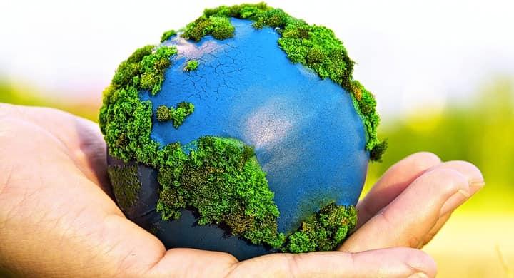 Fotografía del planeta sobre una mano