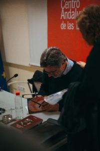 Javier Sánchez Menéndez firmando ejemplares de su libro.