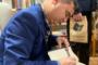 Ramón Bascuñana firmando ejemplares